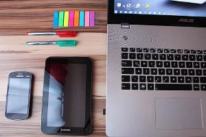 Bloggers laptop at desk