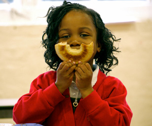 Magic-Breakfast-girl-with-bagel