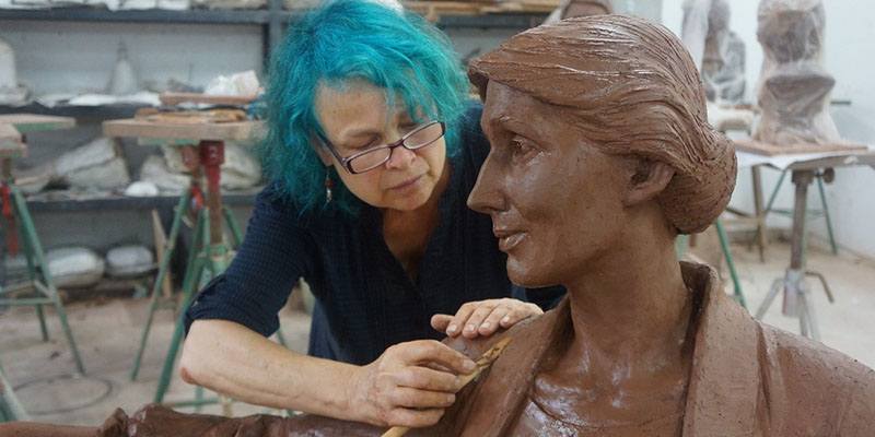 Laury and Virginia Woolf statue